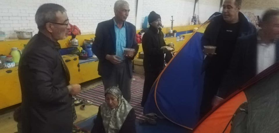 توزیع آش سنتی کازرون میان مسافران نوروزی اسکان داده شده/ عکس: علی و علیرضا گلچین
