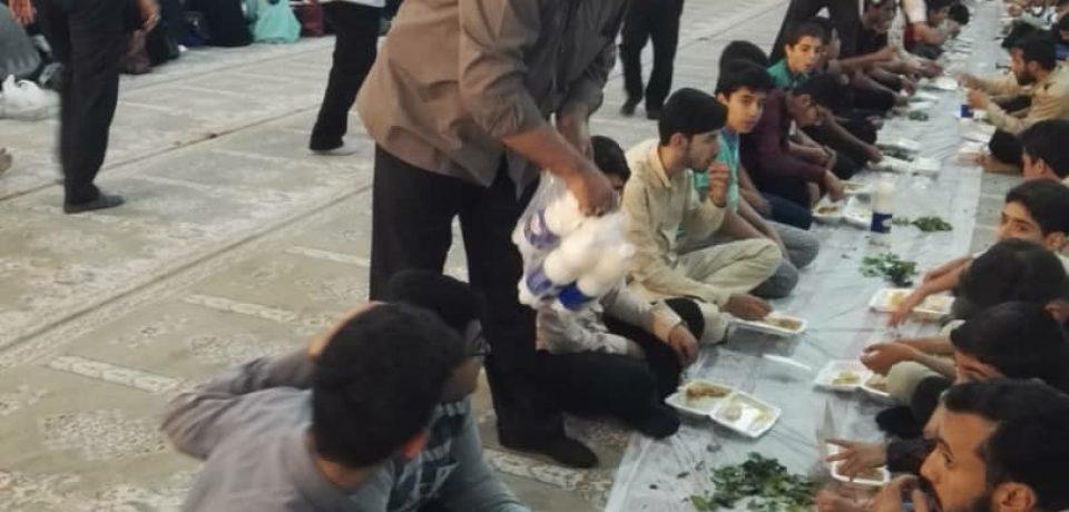 گزارش تصویری: افطاری در مصلای نماز جمعه کازرون/ عکاسان: علی و علیرضا گلچین