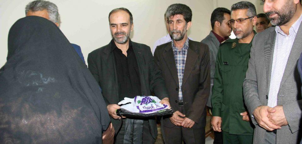 اهدای بیش از ۱۰۰ بسته فرهنگی آموزشی به خانواده کارگران/ عکاسان: علیرضا و علی گلچین