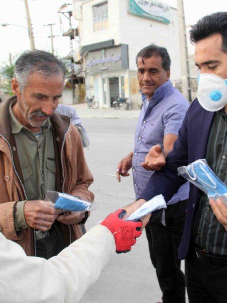 توزیع بیش از ۲۰۰ ماسک میان کارگران ساختمانی