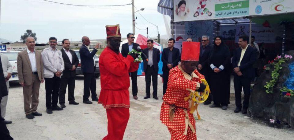 گزارش تصویری: آئین استقبال از مسافران نوروزی در ورودی شهر کازرون/ عکس: علی گلچین
