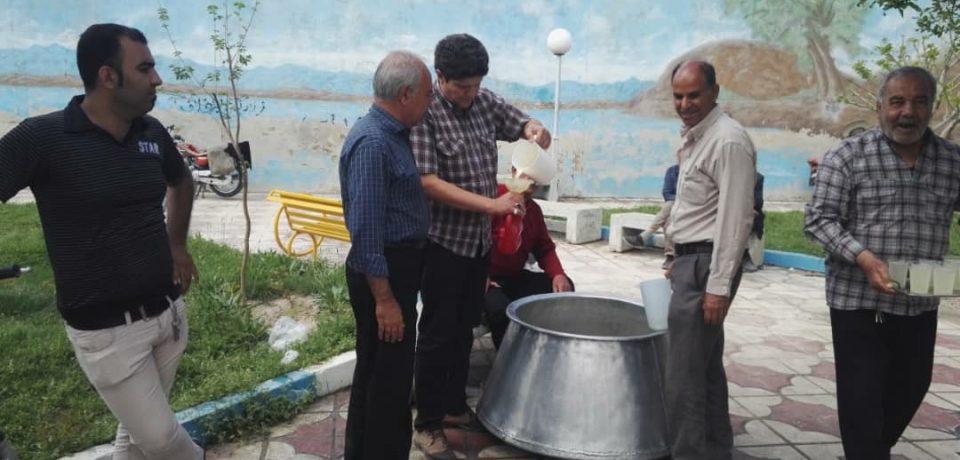 توزیع شربت توسط بازنشستگان و دوستداران اهل بیت به مناسبت اعیاد شعبانیه/ عکس: علی و علیرضا گلچین